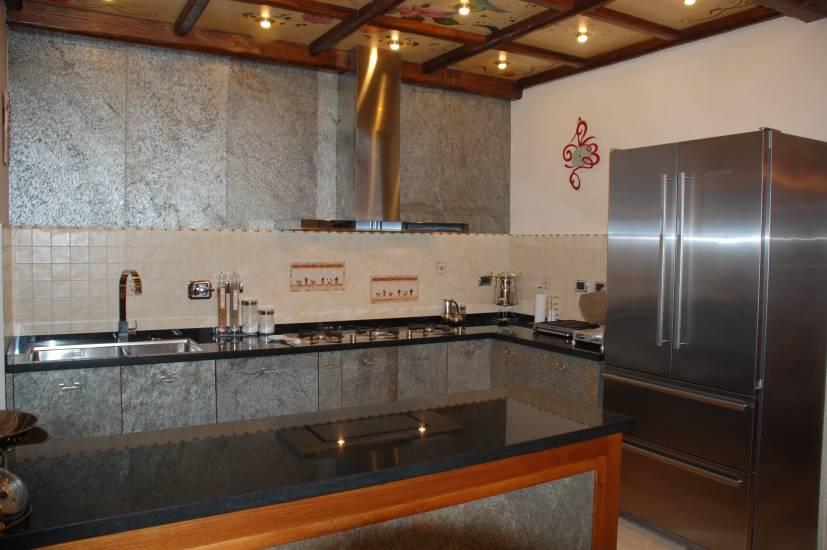 Cucina su misura legno e pietra design esclusivo fabbrica - Cucina rustica in pietra ...