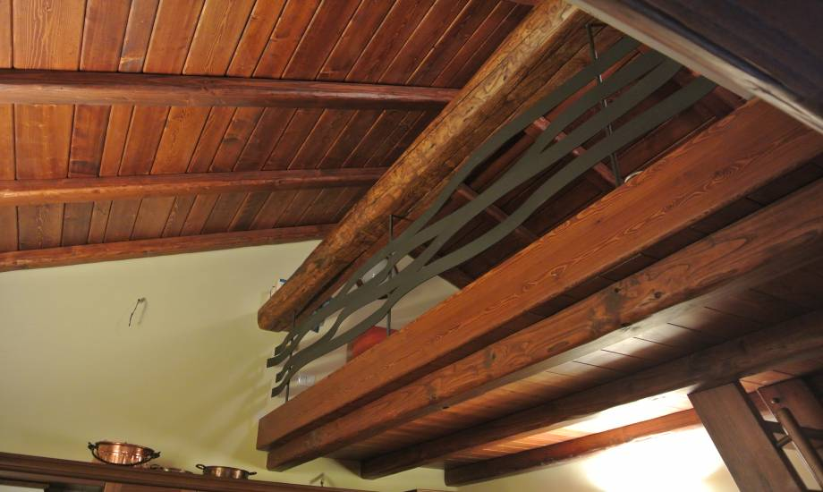 Rivestimento controsoffitto balaustra e scala in legno di ...