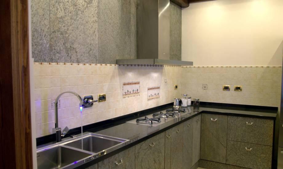 Cucina pietra moderna design esclusivo in legno fabbrica for Rivestimenti cucina moderna pannelli