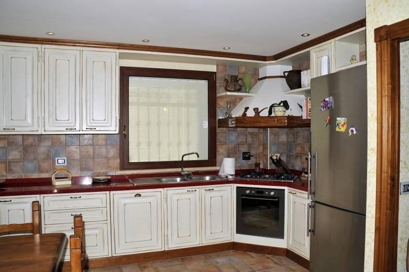 Cucina su misura decape bianca design esclusivo in legno fabbrica di cucine su misura a roma - Cucina in muratura bianca ...